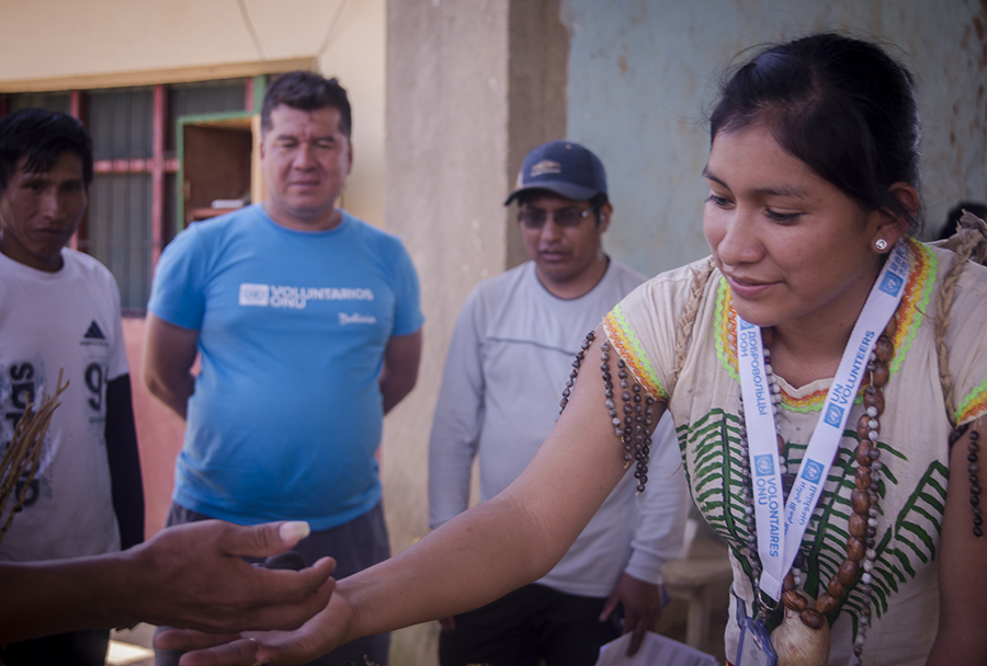 Rolando Tupa Montecinos (right) and Janeth Pinto Mollinedo (centre) are among 15 indigenous UN Volunteers serving communities in the Department of La Paz, Bolivia, through a forestry project of the Global Environment Facility.