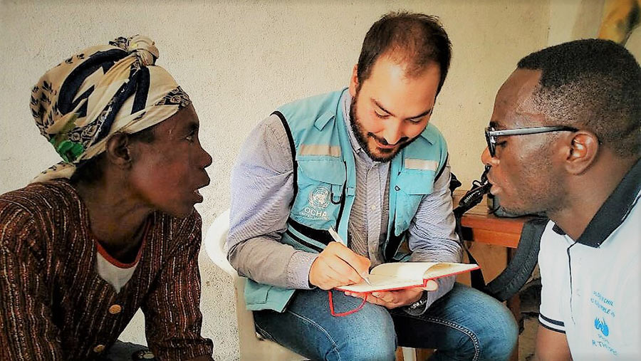 UN Volunteer Tommaso Ripani speasks with internally displaced people during his visit to Mugunga, Democratic Republic of Congo.