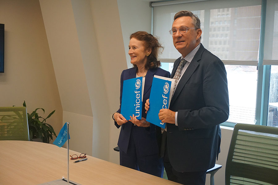 UNICEF Executive Director Ms Henrietta H. Fore and UNV Executive Coordinator Olivier Adam sign the Memorandum of Understanding between the two organizations..