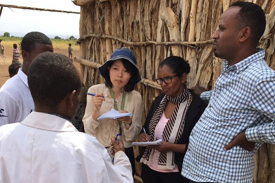 Kosumo Shiraishi served as UN Volunteer Education Officer with UNICEF in Ethiopia under the partnership of UNV and the Human Resource Development Programme for Peacebuilding and Development of the Government of Japan. Here, she gathers information from te
