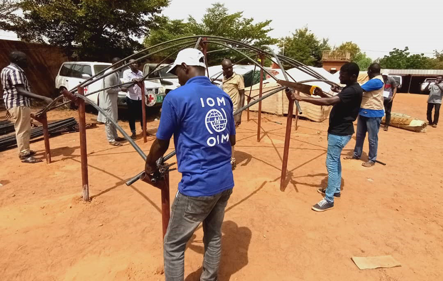 UN Volunteer Shelter Coordinator with IOM Hamma Abdoulaye (centre) conducts shelter construction training in Tahoua, Niger.