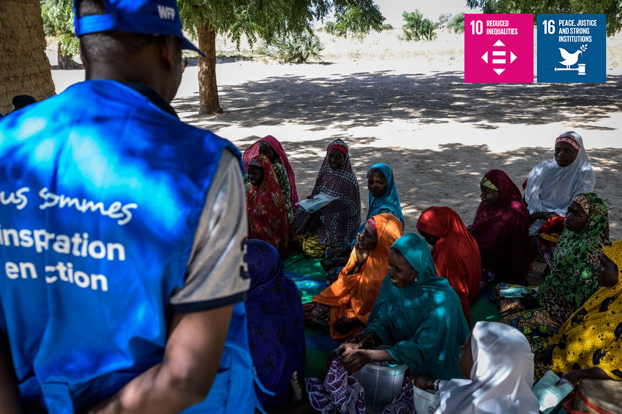 UN Volunteer discussing with vulnerable populations in Maradi.