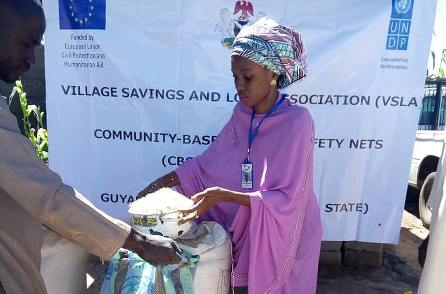 Raihana Bello Furo, Volontaire Communautaire avec le PNUD dans la communauté de Guyaku (Nord-Est du Nigeria) pendant l'activité de responsabilité sociale de l'entreprise conformément à la VSLA.
