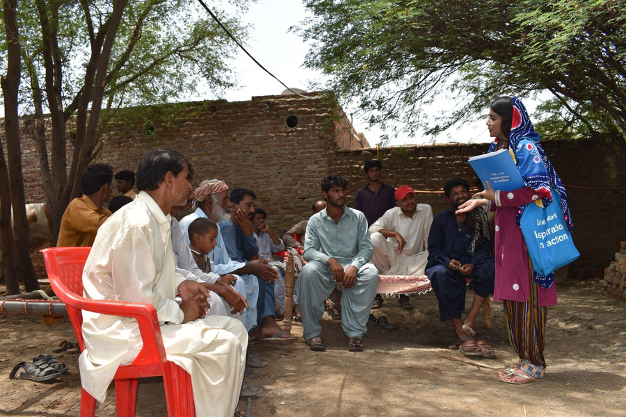 National UN Youth Volunteer Fatima Rind provides civic education to urban and rural communities as part of UNDP's Strengthening Electoral and Legislative Processes project in Pakistan.