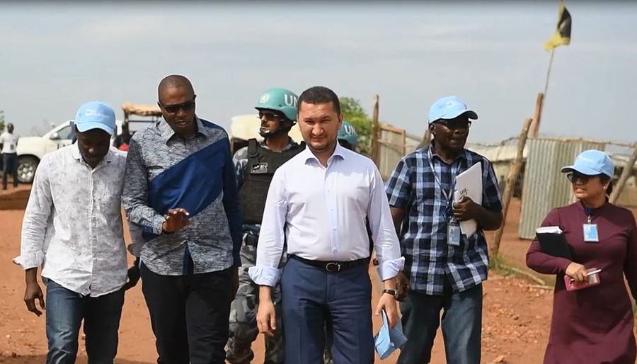 UNV Deputy Executive Coordinator Toily Kurbanov visiting a UNMISS Protection of Civilians site in Juba, South Sudan.