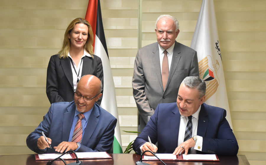 Roberto Valent, UNDP Special Representative of the Administrator (left), and Imad Zuhairi, PICA Director General (right), sign the Memorandum of Understanding.
