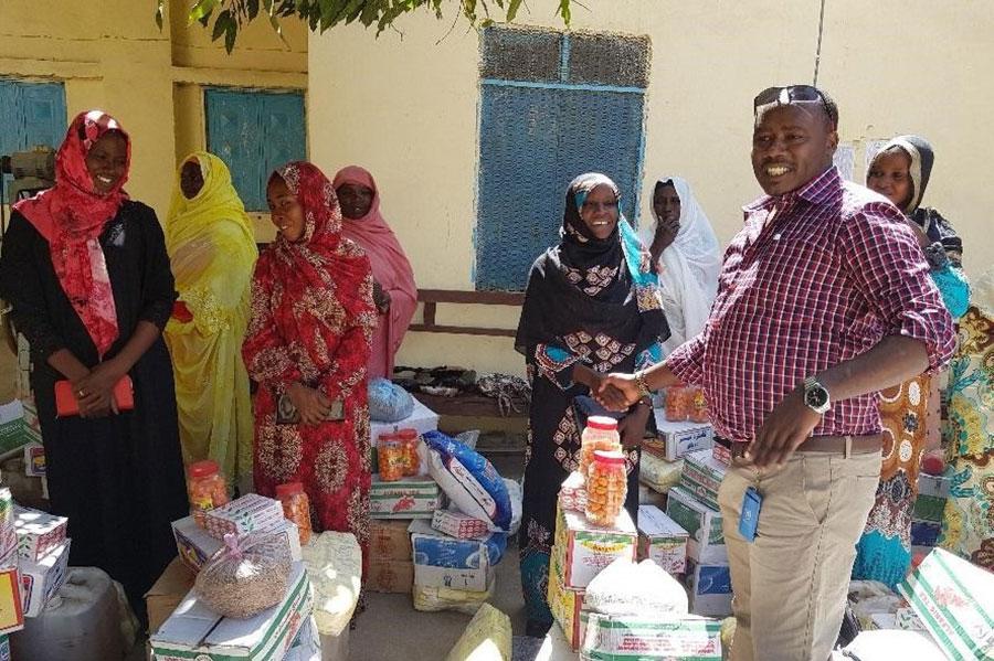 UN Volunteer Newton Mutunga distributing items on IVD.