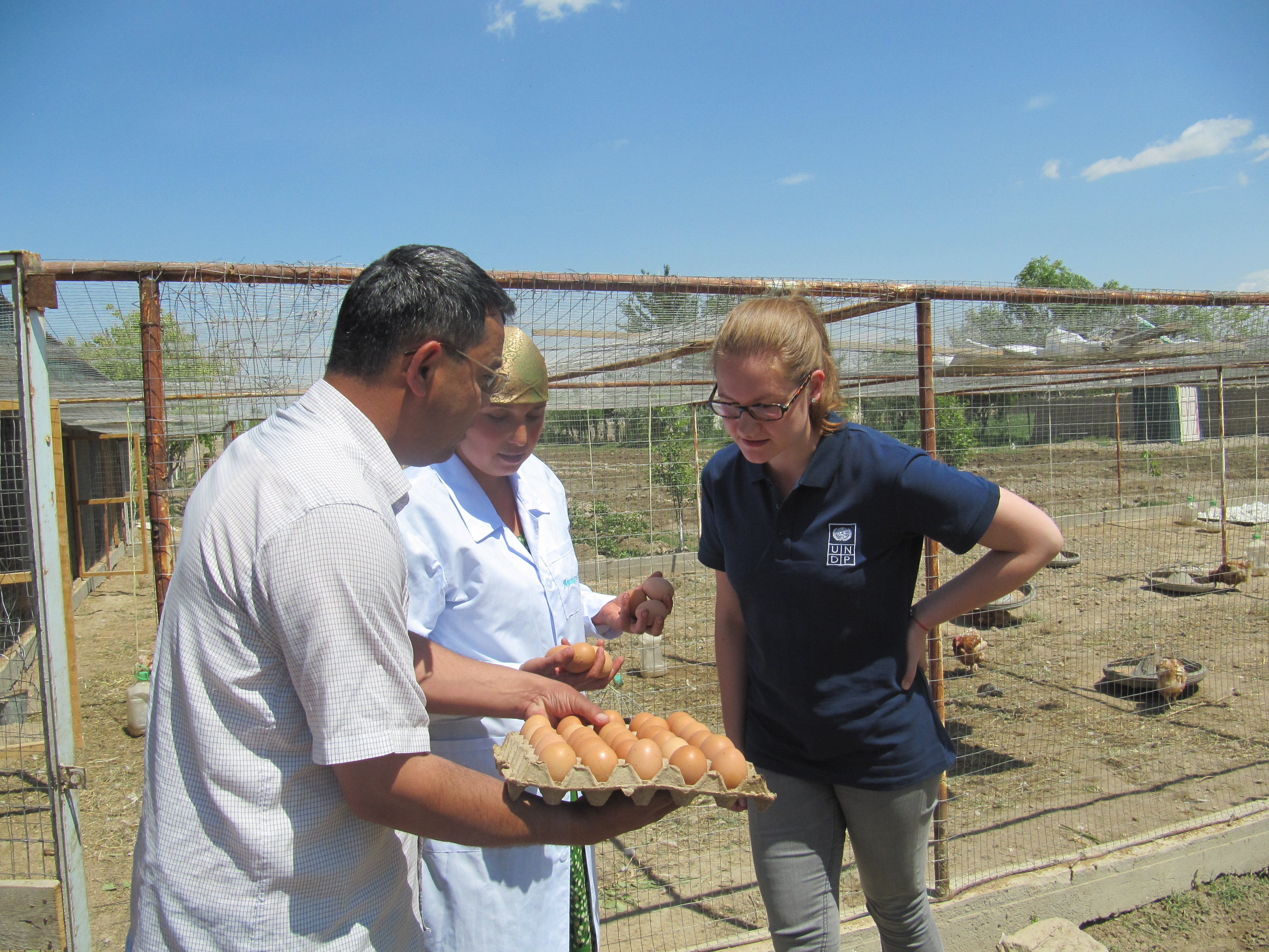 International UN Volunteer Ilona Vilhelmiina Vekkeli (right) meets one of the clients supported by UNDP's Aid for Trade project.