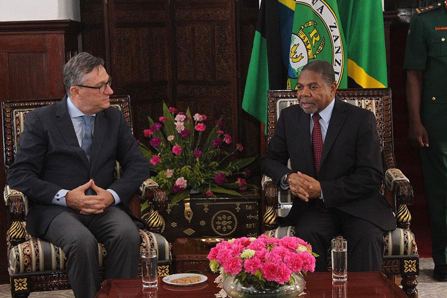 UNV Executive Coordinator Olivier Adam meets the President of Zanzibar, Tanzania, H.E. Dr Ali Mohammed Shein.