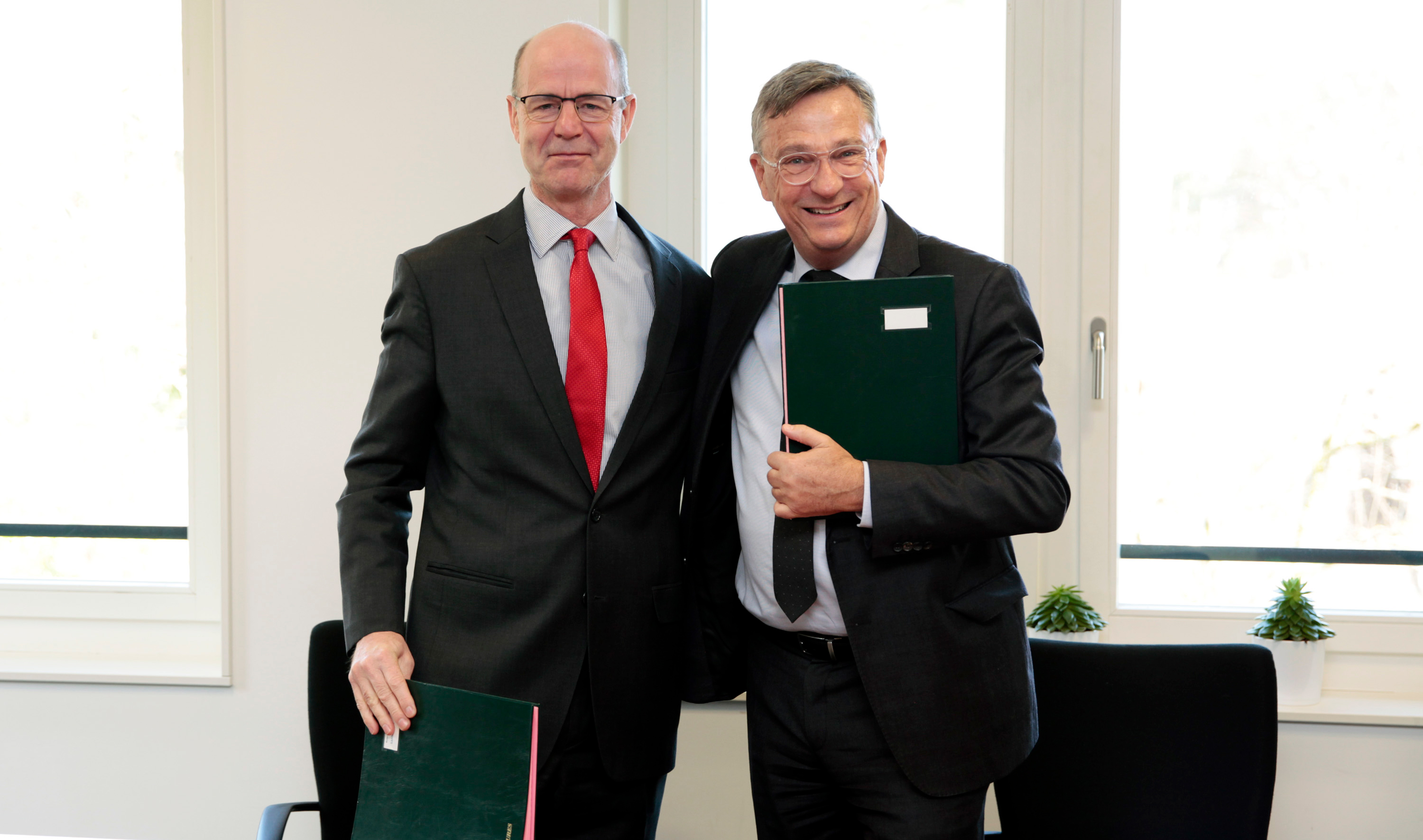 Tim Martineau, UNAIDS Deputy Executive Director, Management and Governance, a.i.,and Olivier Adam, UNV Executive Coordinator, signed a memorandum of understanding to foster collaboration between the two organizations.