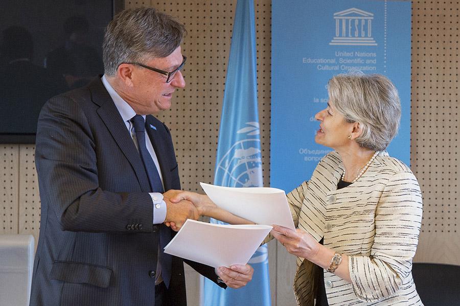 Olivier Adam, Coordinador Ejecutivo del programa VNU, saluda a Irina Bokova, Directora General de la UNESCO, tras la firma de un nuevo Memorando de Entendimiento en París.
