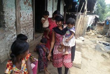 A volunteer helps malnourished children in Thane-Palghar district in Maharashtra. (UNV, 2016)