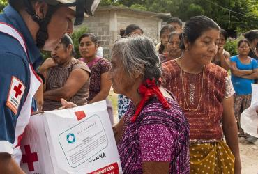 Victims of the earthquake receive aid from volunteers