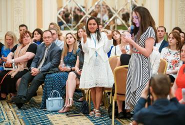 UN Volunteer Rupmani Chhetri addressing UN Secretary General Antonio Guterres in sign language.