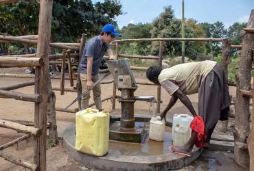HRD-UN Volunteer Yuji Kawai supported WASH interventions in refugee camps in Uganda.