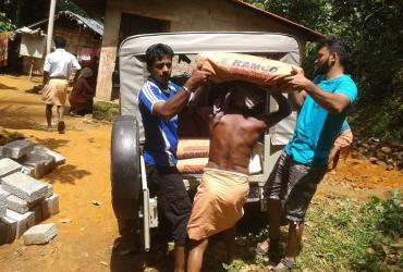 Volunteers help build toilets in Variyam village, Kerala. (UNV, 2016)