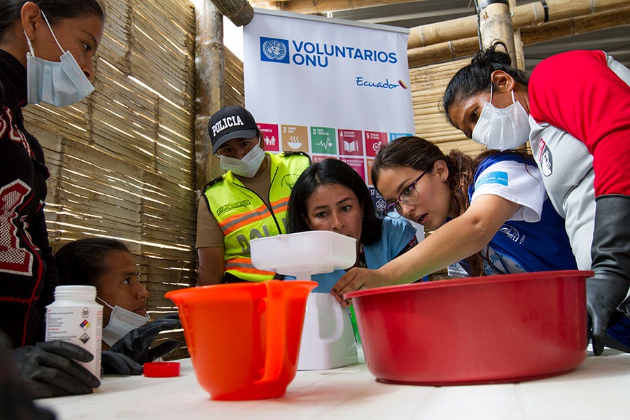 Michelle Daniela Pazmiño Vásquez (second from right), national UN Volunteer Protection Officer with IOM, and Johana Garcia (third from right), national UN Volunteer with UN Women, teach soap making as part of an entrepreneurship workshop for women.